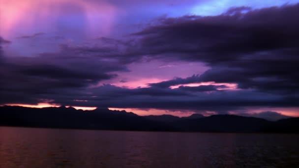 Jasně fialový západ slunce nad mořem na ostrovech Filipínské republiky.