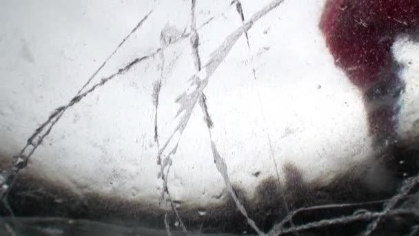 Podvodní střelba pod ledem hokejistů s pukem na jezeře Bajkal.