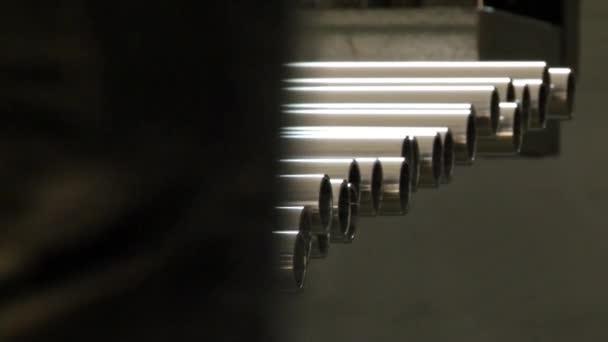 Rohre aus rostfreiem Stahl sind ein Fertigprodukt des Walzens in der Fabrik.