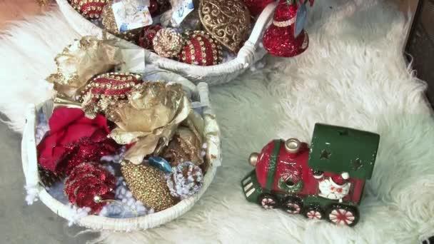 Legrační Sněhurka ve sněhu pod stromem. Vánoce a Novleté hračky na vánočním stromku mezi světly jiskřičky.