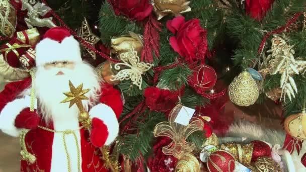 Vicces játék hóember a hóban a fa alatt. Karácsony és újév játékok a karácsonyfát között a pislákoló fények.
