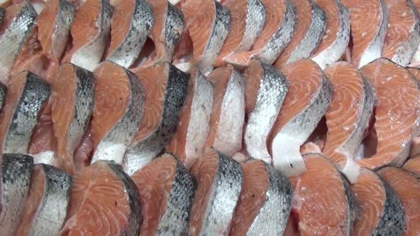 Filet z červené ryby na lodi ve sněhu na regály v obchodech a supermarketech. Čerstvé potraviny, maso, chléb, ryby, salát na regály v obchodech a supermarketech