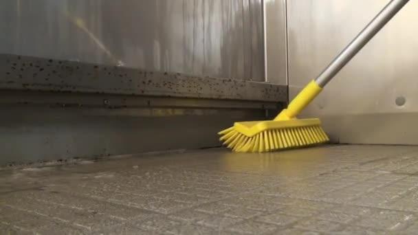 Entfernen von Schmutz von der Oberfläche der Maschine und ihrer Behandlung.