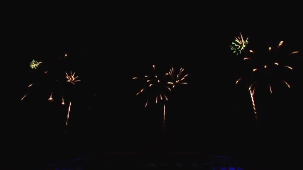 ein schönes Pyro-Show-Feuerwerk in der Großstadt am Nachthimmel und an Gebäuden.
