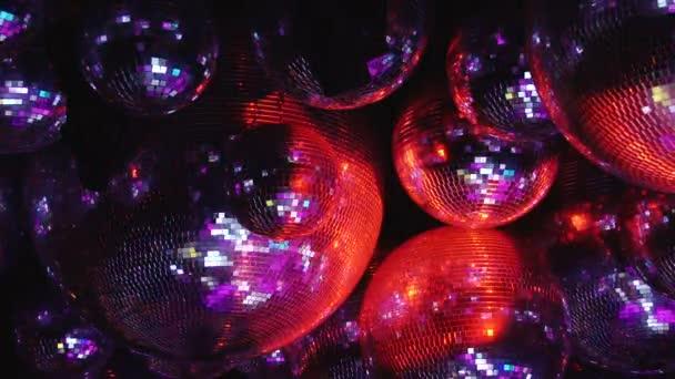 Zrcadlová koule odrážejí paprsky barevných světel.