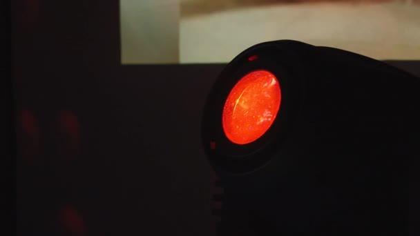 Piros lámpa a disco club ragyog, tükör labdák.