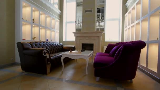 Nappali, kandalló nagy ablak és kanapék.