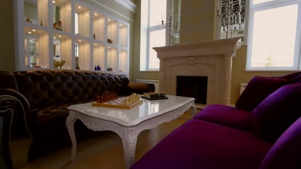 Obývací pokoj s krbem velkých oken a pohovky.
