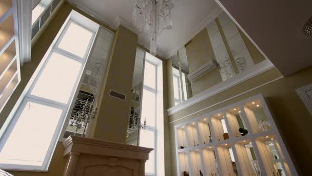 Obývací pokoj s krbem velkých oken a pohovky