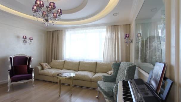Denní místnost s Tv, karaoke, pohovky a klavír.