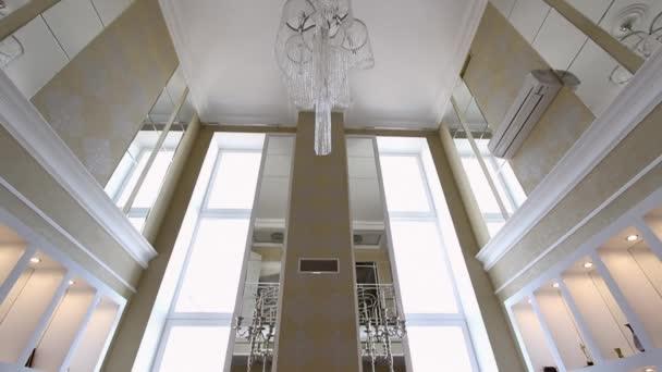 Velký křišťálový lustr na strop.