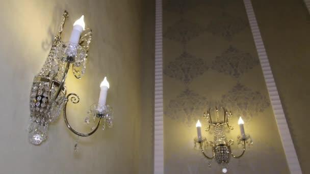 Lampadario a forma di candele sulla parete.