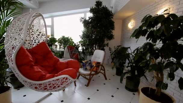 Červený houpací křeslo v luxusním bytě interiéru.