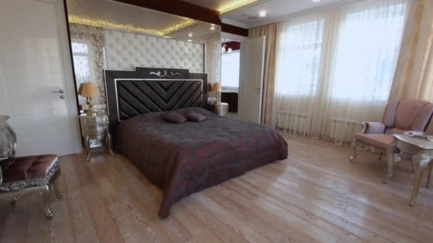Ložnice s velkou postelí a toaletní stolek.