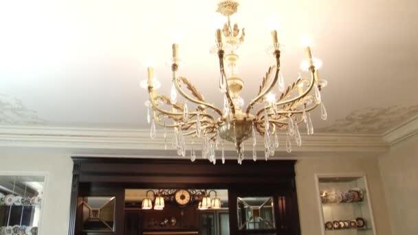 Krásný křišťálový lustr na strop.