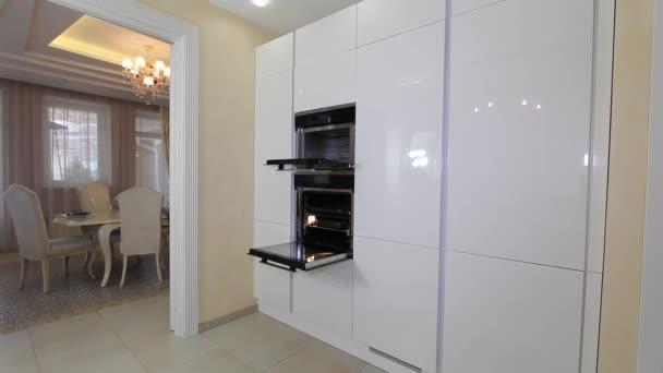 Luxusní byt moderní kuchyň interiér.