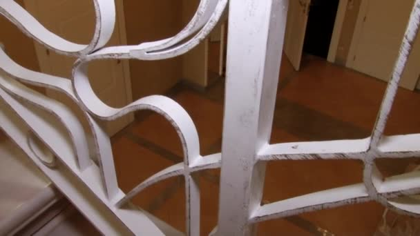Schodiště s kované železné zábradlí.