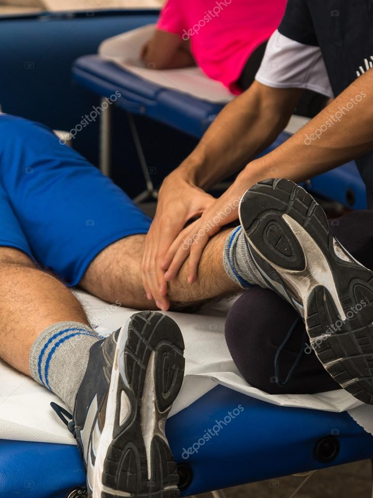Massage Muscles du sportif après la séance de Sport– images de stock libres  de droits c885b90a3f9