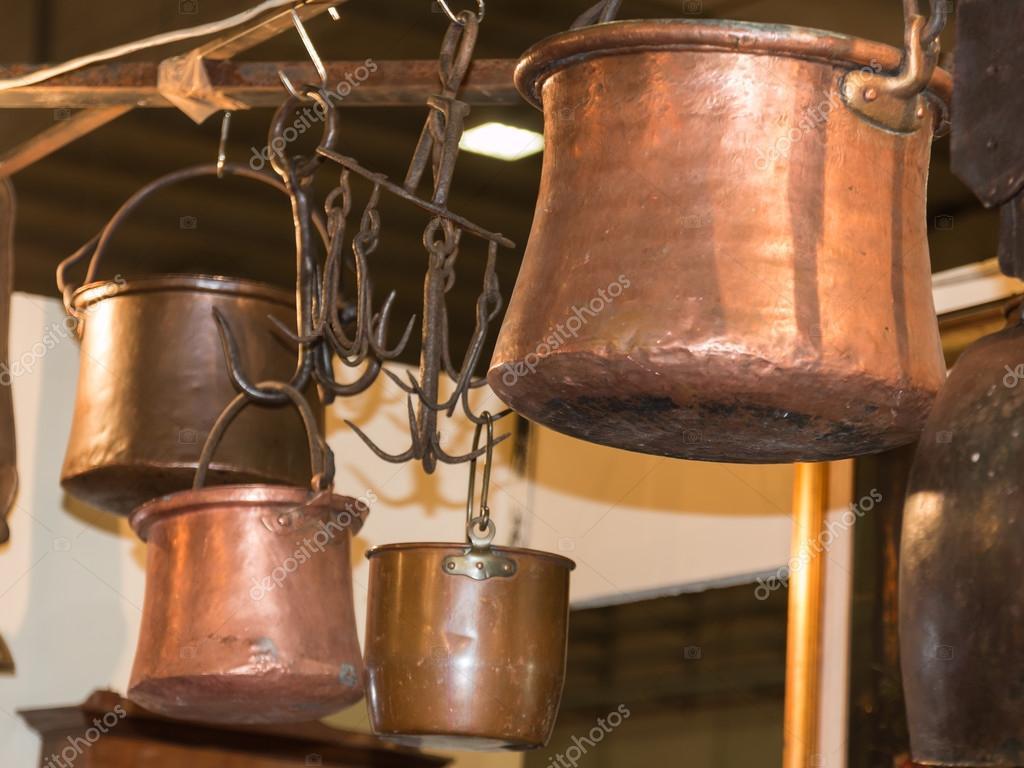 Oude Koperen Potten Opgehangen Op Ijzer Haken Stockfoto