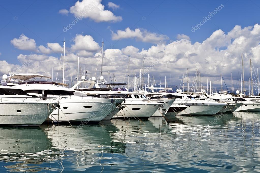 Fila di yacht di lusso ormeggio in un porto
