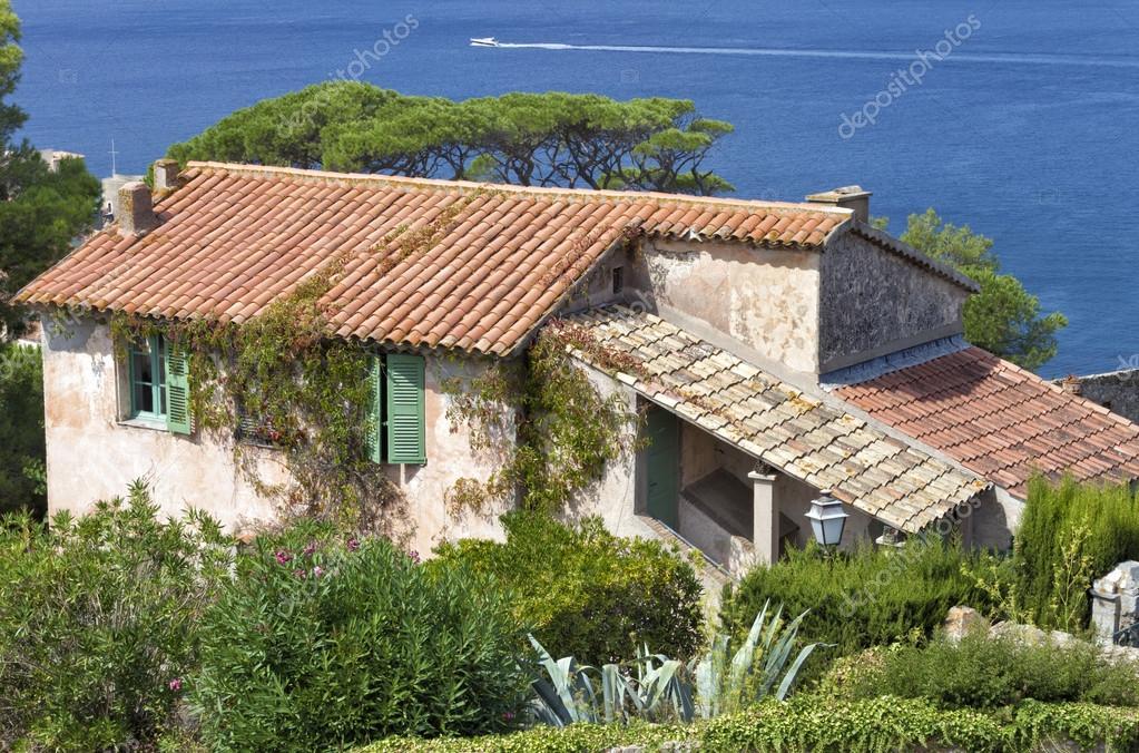 Photo Maison Mediterraneenne maison méditerranéenne ancienne en pierre avec des volets verts dans