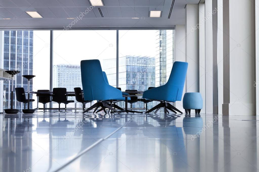 Sedie Ufficio Blu : Sedie ufficio roteato blu moderno in un ariosa stanza aperta con