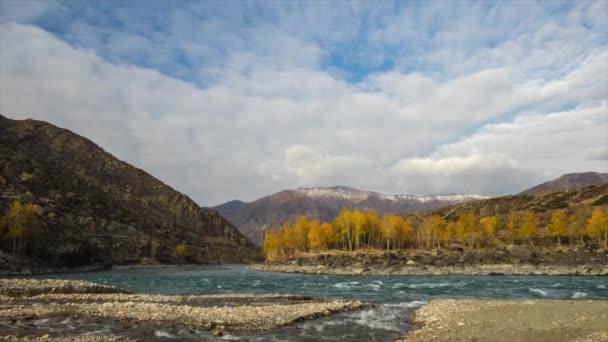 Soutok dvou řek v horách. Podzim, zlaté hodiny světlo. Pohyb řek a mraky