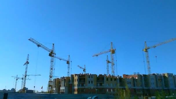 bydlení za jasného počasí, spousta jeřábů pracovat na staveništi