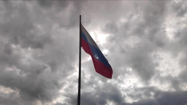 Ruská národní vlajka se rozvíjí ve větru. pomalé mo