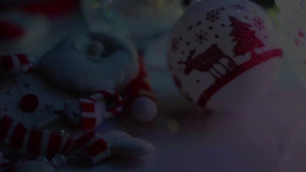 Vánoční dekorace, blízko klobouk Santa Claus na pozadí světla