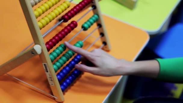 malý kluk a matka se počítá na abacus
