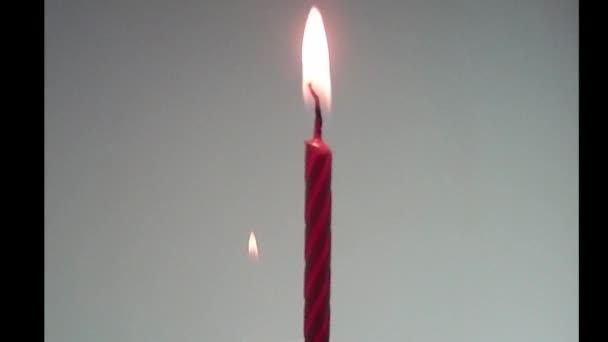 Kerzen brennen auf dem Hintergrund schwarz. Zeitraffer