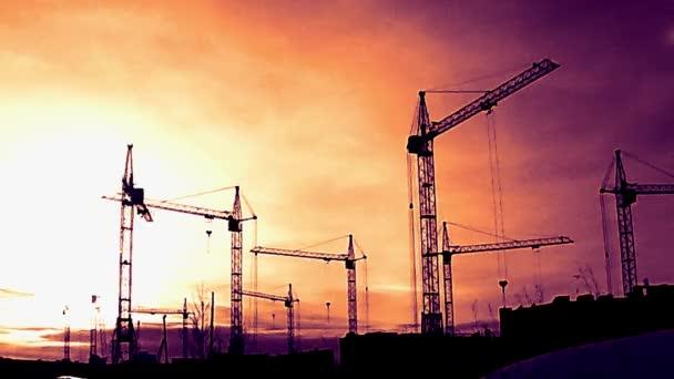 Baustelle im Zeitraffer bei Sonnenuntergang