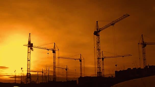 Staveniště při západu slunce silueta