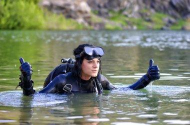 Ok işareti yapmak güzel kadın dalgıç