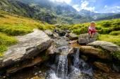Ein kleines Mädchen bewundern ein Mountain creek