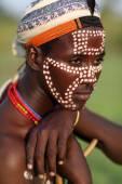 Chlapec arbore kmene v dolním údolí omo Etiopie