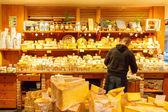 V Paříži. Obchod se sýry