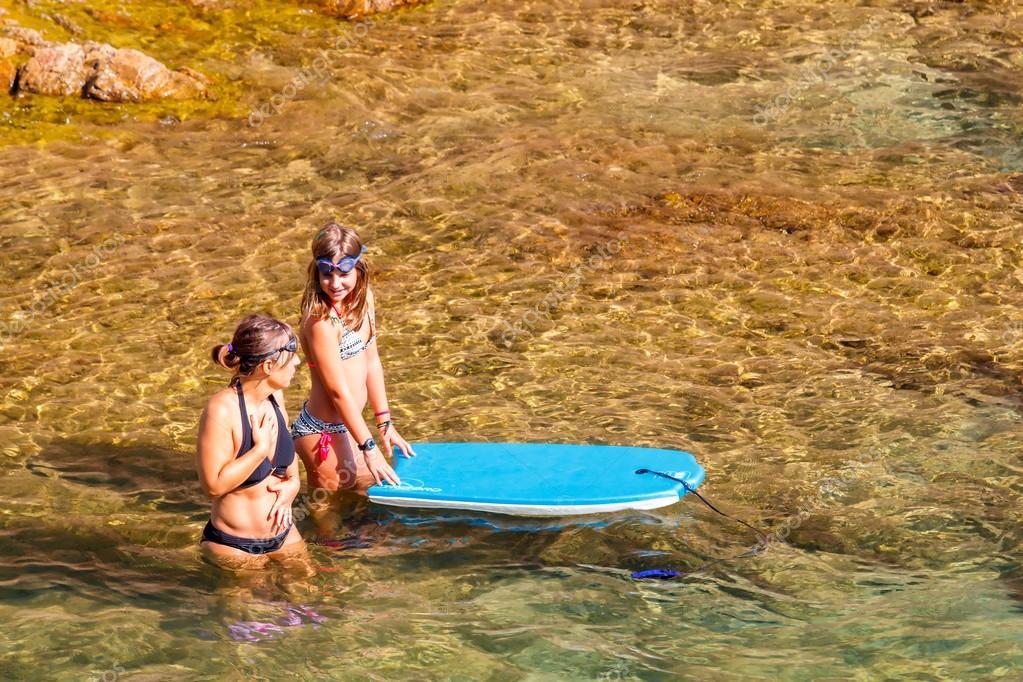 Tossa del Mar che bagna nel mare delle donne — Foto Editoriale Stock ...