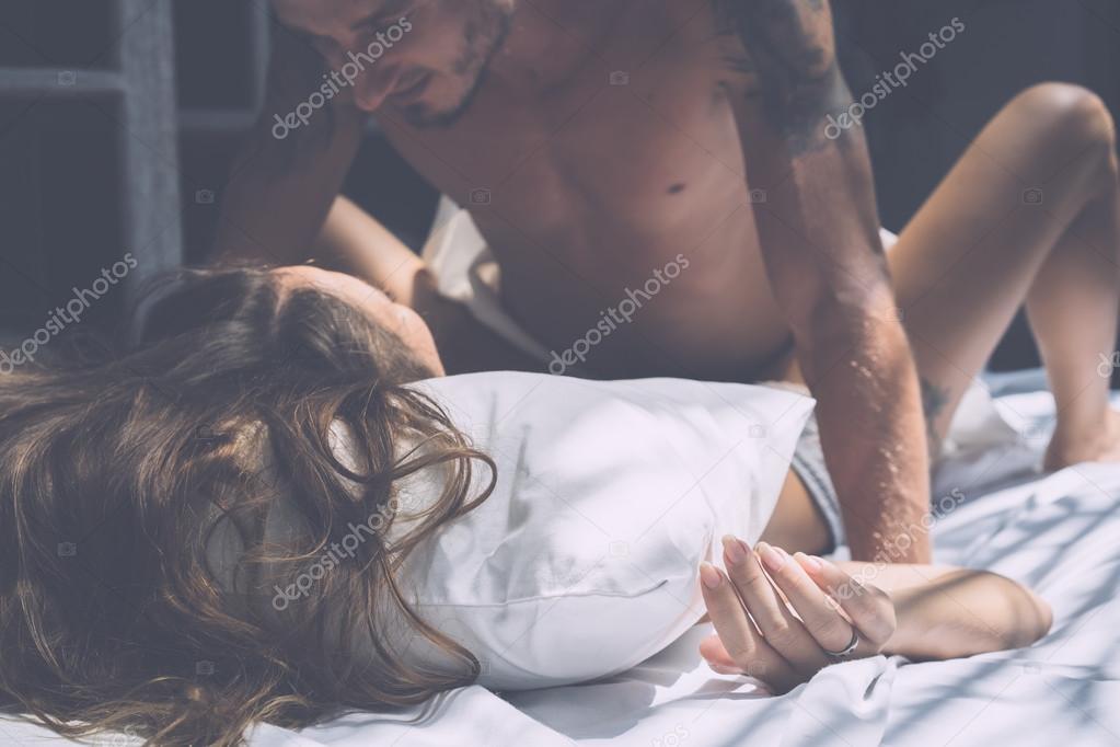 Влюбленная пара занимается любовью