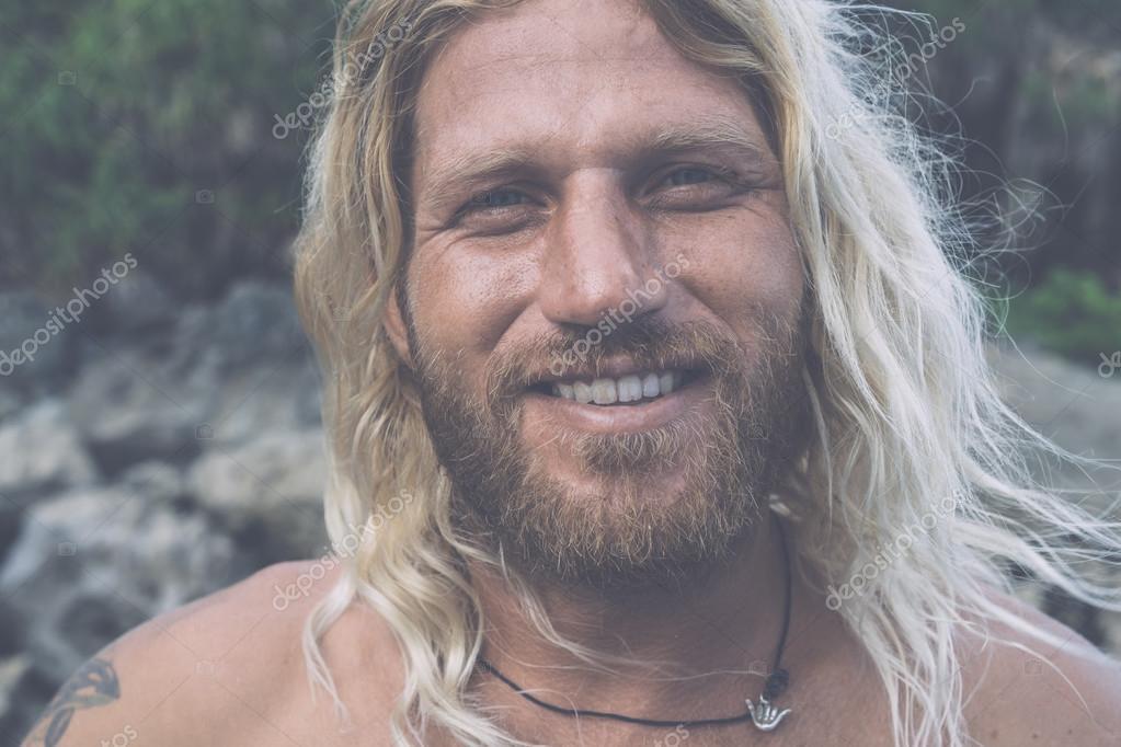 Excepcional Surfista de brutal homem com cabelo branco comprido — Fotografias  BB25