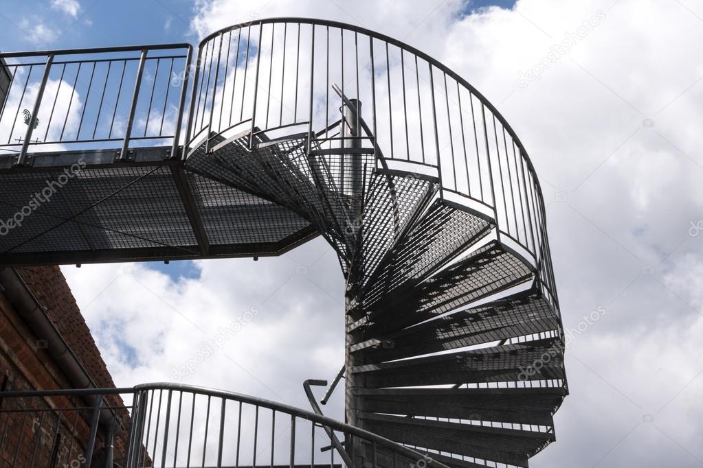 escalier moderne de métal dans un vieux bâtiment contre un ciel ...