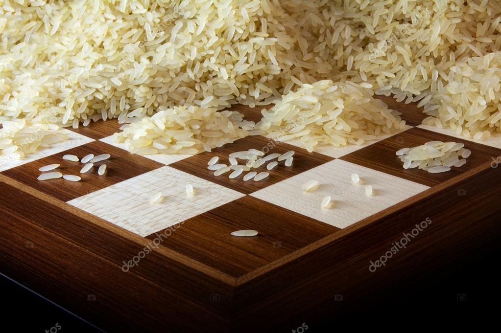 scacchiera con crescente cumuli di chicchi di riso. Black Bedroom Furniture Sets. Home Design Ideas