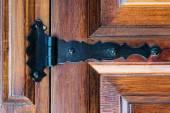 auf eine alte hölzerne Tür Scharnier
