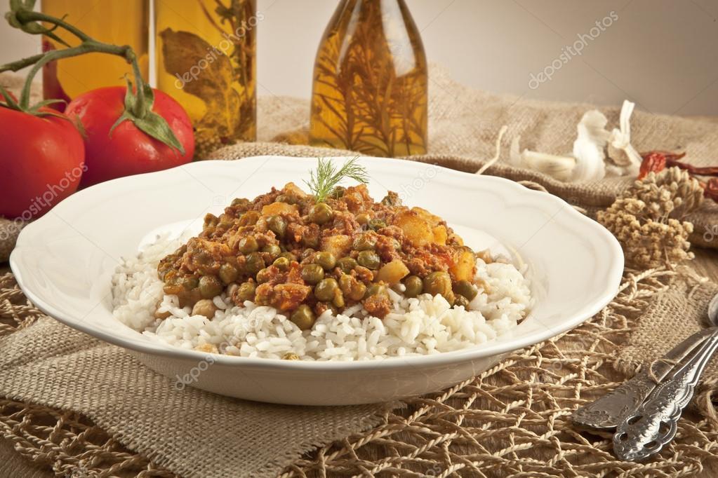 traditionele turkse rijst pilaf met vlees en groenten pea in witte