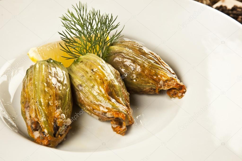 Courgettes bloem gevuld met olijfolie ottomaanse turkse en griekse