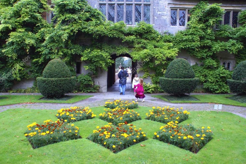 Giardino aiuole fiorite e gli alberi del topiary foto for Aiuole fiorite immagini