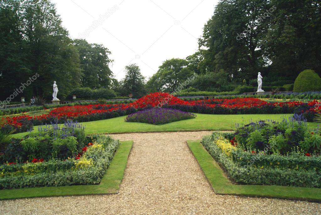 Giardino con aiuole fiorite e statue foto stock rose4 for Aiuole fiorite immagini