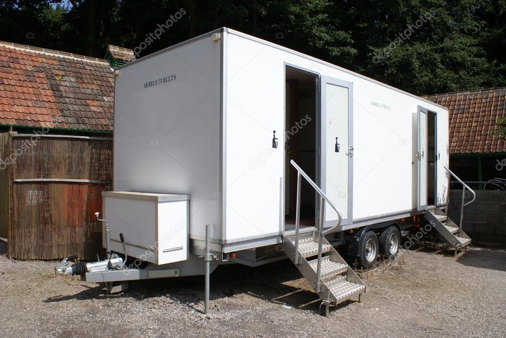 Toilette mobili bagni pubblici u foto stock rose