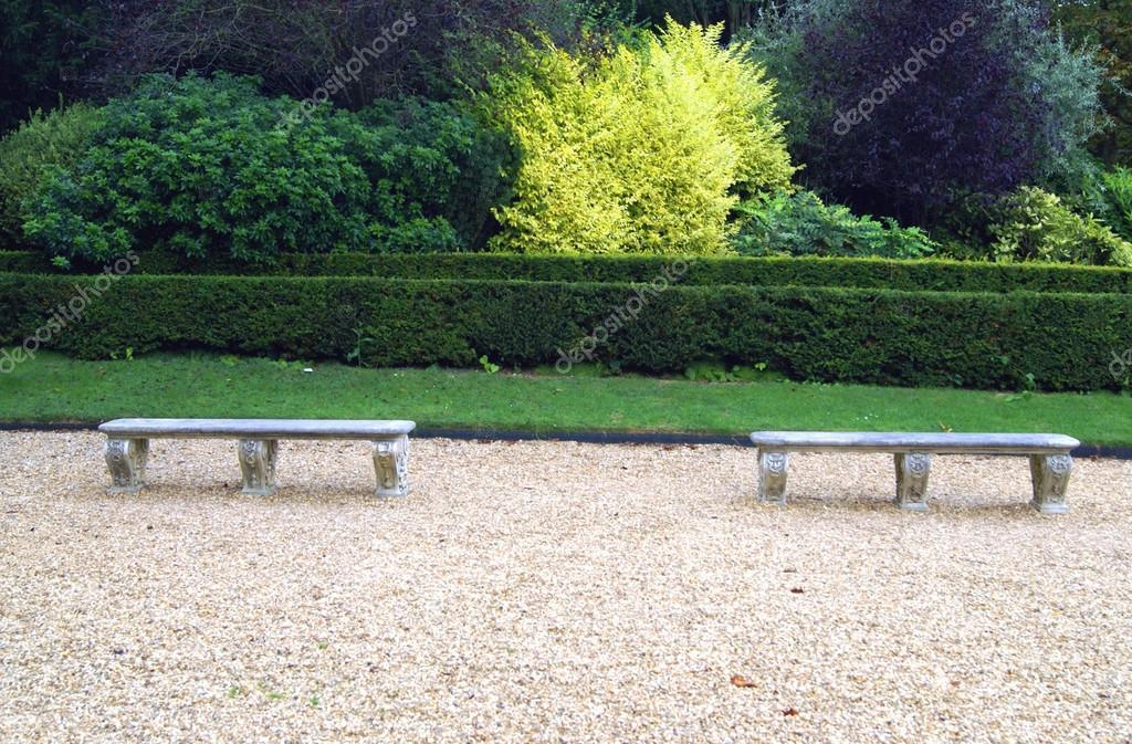 Sedili In Pietra Scolpite In Un Giardino Foto Stock C Rose4 82145130